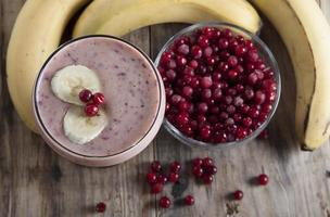 smoothie av bananer och frysta tranbär. foto