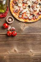 pizza med ingredienser foto