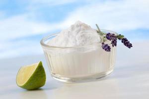miljövänliga naturliga rengöringsmedel aking soda, citron och duk foto
