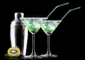 cocktail smoothie, med skivor av kiwi på en svart foto