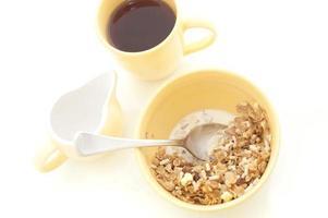 skål med müsli och kaffe till frukost foto