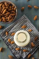 organisk vit mandelmjölk foto