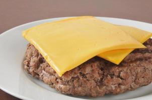 hamburgare patty med ost foto