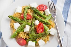 grönsakssallad med sparris och röda linser foto