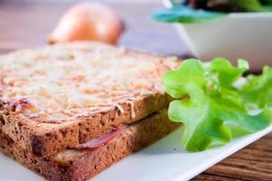 grillad fransk smörgås med sallad foto
