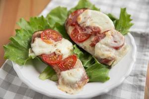 skiva stekt auberginer med tomatsås foto