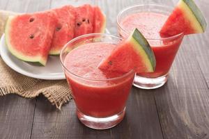 hälsosam vattenmelonsmoothie på ett träbord foto