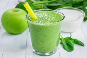 hälsosam smoothie med grönt äpple, spenat, lime och kokosmjölk foto