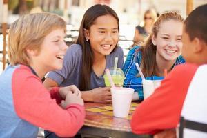 grupp barn som umgås tillsammans i caféŽ foto