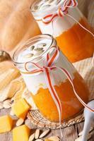 läckra pumpasmoothies, yoghurt och frön, vertikal foto