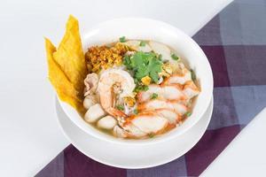 kombination nudlar innehåller många thailändska livsmedel