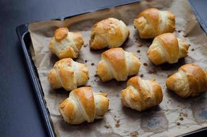 mini croissanter med ost foto