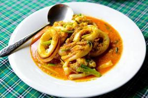 tioarmad bläckfisk curry thailändsk mat foto