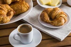 franska croissanter och kaffe foto