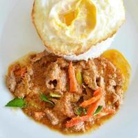 ris och curry med stekt foto