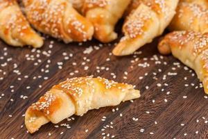 mini croissanter fyllda med ost foto