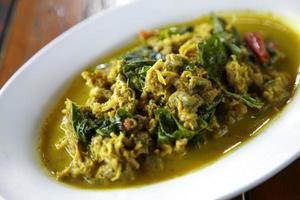 tioarmad bläckfiskstek med gul currysås