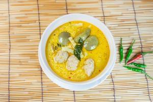 grön grisköttboll curry, thailändsk mat