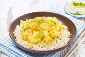 thailändsk mat - vegetabilisk curry med blomkål och ris foto