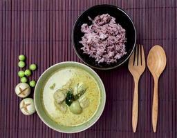 thailändsk grön curry med fiskboll och ris foto