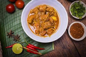 kaeng hängde ley moo (fläskkarri) norra thailändsk mat. foto