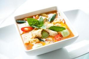 en läcker skål med thailändsk mat röd curry kyckling