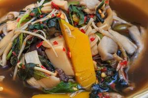 traditionell thailändsk mat, kryddig blandad grönsak.