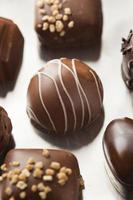 gourmet fancy mörk choklad tryffel godis foto