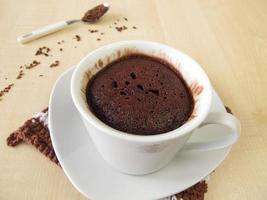 chokladmuggkaka i koppen från mikrovågsugn foto