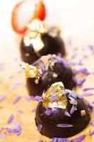 mörk choklad på ett träbord. foto