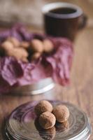 mörka chokladtryfflar med kakaopulver foto