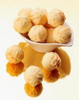 vita chokladpraliner på guldbas foto