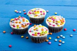 chokladmuffin med färgglada chokladdroppar foto