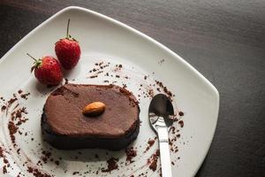 efterrätt chokladkaka på en vit platta. foto