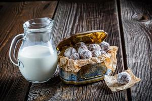 hemlagad söt kakaobollar med pulvermjölk foto