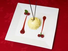 gourmetefterrätt med hallonfrukt foto