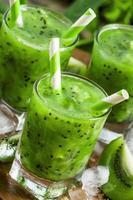 färsk grön juice med kiwi och is foto
