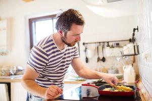 man matlagning foto