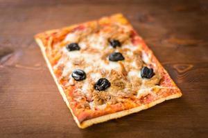 pizza tonfisk och oliver foto