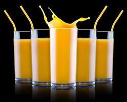 färsk apelsinjuice i glas med stänk foto