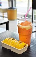 kall fruktjuice och kaka foto