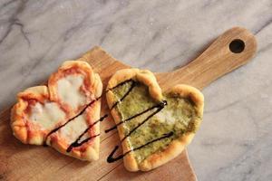 hjärtformade pizzor foto