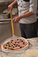 pizza redo för bakad foto