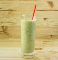 smoothie med kiwi och rött sugrör foto