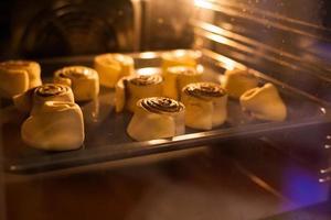 bakning i ugnen foto