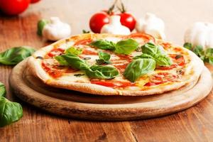 färsk hemlagad vegetarisk pizza foto