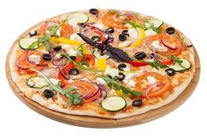 hemlagad pizza på vit bakgrund foto