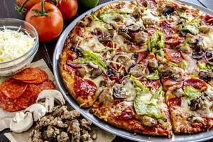 färsk tunn skorpa suveräna pizza foto