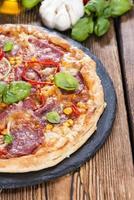 hemlagad salami pizza foto