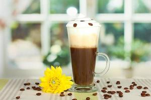 glas färsk kaffecocktail på bordet foto